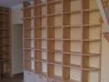 Bibliothèque en érable massif vernis incolore.