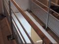 Escalier sur double crémaillère centrale en érable vernis incolore et garde-corps en acier laqué.