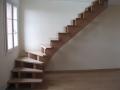 Escalier sur double crémaillères centrales en hêtre vernis incolore