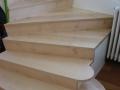 Escalier replaqué sur béton en érable vernis