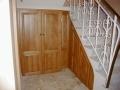 Aménagement sous escalier, portes en chên teinté et vernis.