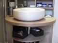 Meuble de salle de bain en panneau hydrofuge recouvert de résine de béton.