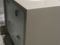 Meuble lavabo moulé en Corian avec portes laquées