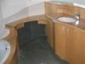 Salle de bains en érable vernis incolore.