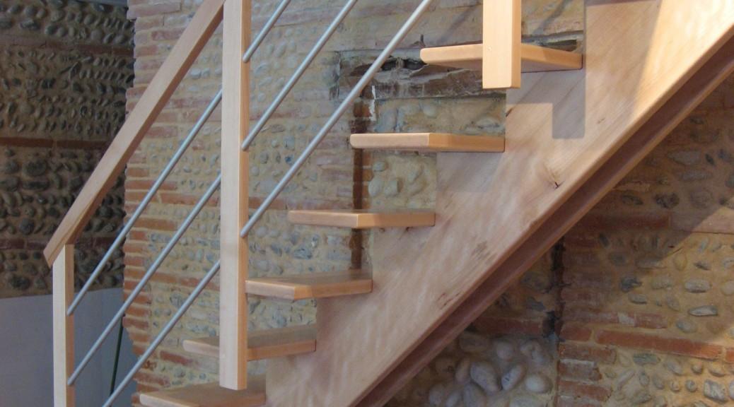 escalier sur double crémaillère centrale en hêtre vernis incolore avec lisses en aluminium (5)