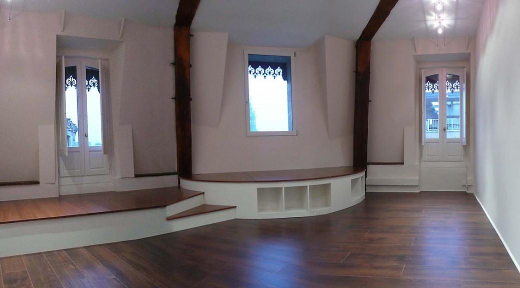 estrade avec rangement par trappes et niches ouvertes (1)