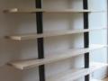 Bibliothèque avec futs en acier ciré et étagères en érable vernis