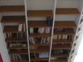 Bibliothèque avec montants en MDF laqué et étagères en pin teinté et vernis