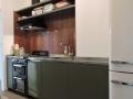 cuisine-laque-et-plan-en-zinc-profilé-crédence-en-noyer