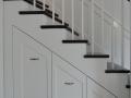 Escalier-américain-marches-en-hêtre-teinté-avec-placard-intégré