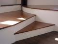 Estrade avec rangement par trappes et niches ouvertes