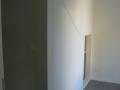 Aménagement sous escalier fermé par des portes peintes