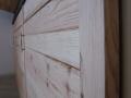 Placard sous rampant façades en pin brut, caissons en mélaminé blanc